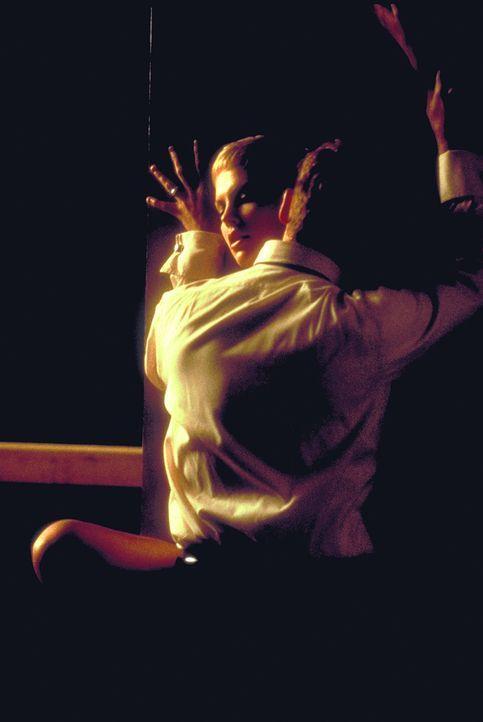 Obwohl Jillian (Charlize Theron, hinten) ein feines Gespür für die Veränderungen ihres Mannes (Johnny Depp, vorne) entwickelt, ahnt sie nicht, wie d... - Bildquelle: 1999 New Line Productions, Inc. All Rights Reserved.