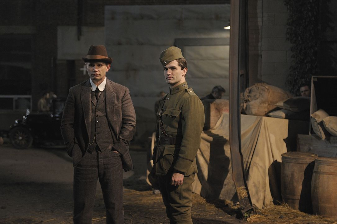 Boston, 1918: Aidan (Sam Witwer, r.) und Bishop (Mark Pellegrino, l.) ... - Bildquelle: Phillipe Bosse 2012 B.H. 2 Productions (Muse) Inc. ALL RIGHTS RESERVED.