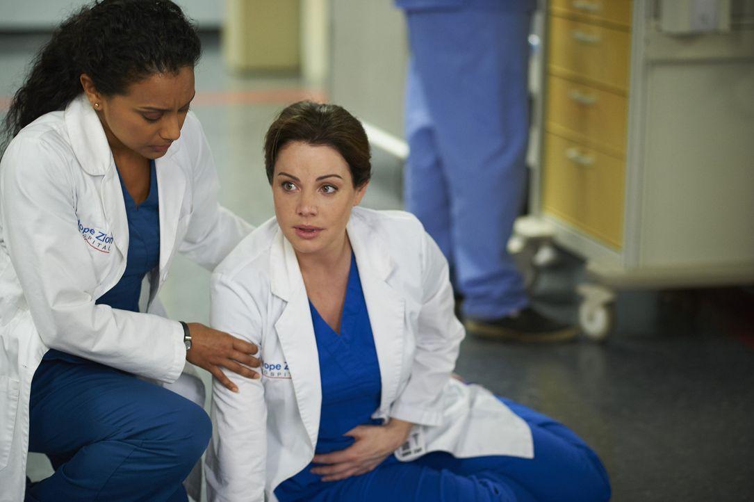 Ein Patient erpresst das Krankenheus und stellt damit Melanda (Glenda Braganza, l.) und Alex (Erica Durance, r.) vor einige Schwierigkeiten ... - Bildquelle: Ken Woroner 2014 Hope Zee Three Inc.