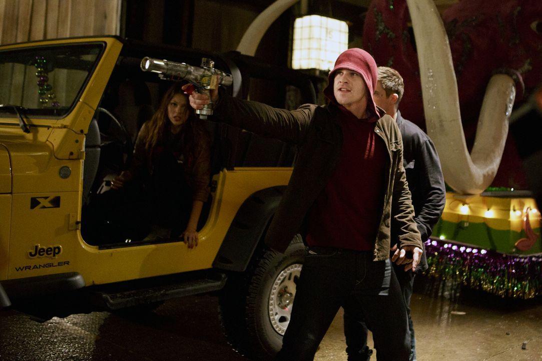 Können Emery und ihre Freunde Grayson (Grey Damon, M.) wirklich vertrauen? - Bildquelle: 2014 The CW Network, LLC. All rights reserved.