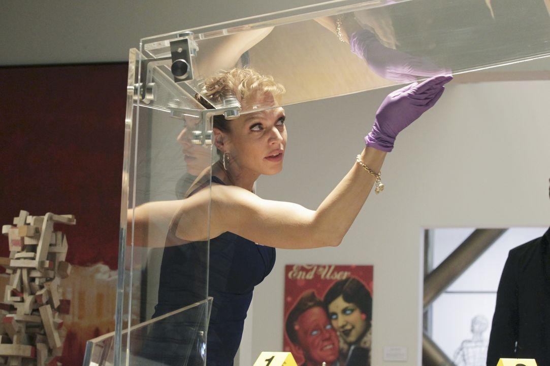 Die attraktive Schadensermittlerin Kristin Lehman (Serena Kaye) bei der Arbeit ... - Bildquelle: 2011 American Broadcasting Companies, Inc. All rights reserved.