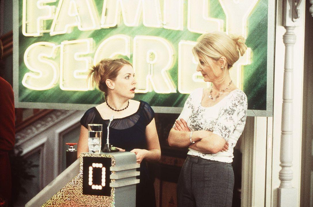 Tante Zelda (Beth Broderick, r.) taucht in der Game-Show auf, um Sabrina (Melissa Joan Hart, l.) zu mahnen. - Bildquelle: Paramount Pictures