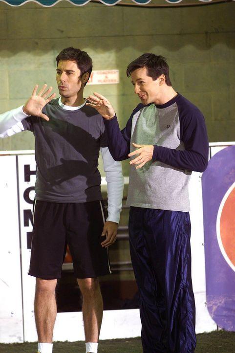 Die neuen Mitglieder in der schwulen Fußballmannschaft: Will (Eric McCormack, l.) und Jack (Sean Hayes, r.) ... - Bildquelle: NBC Productions