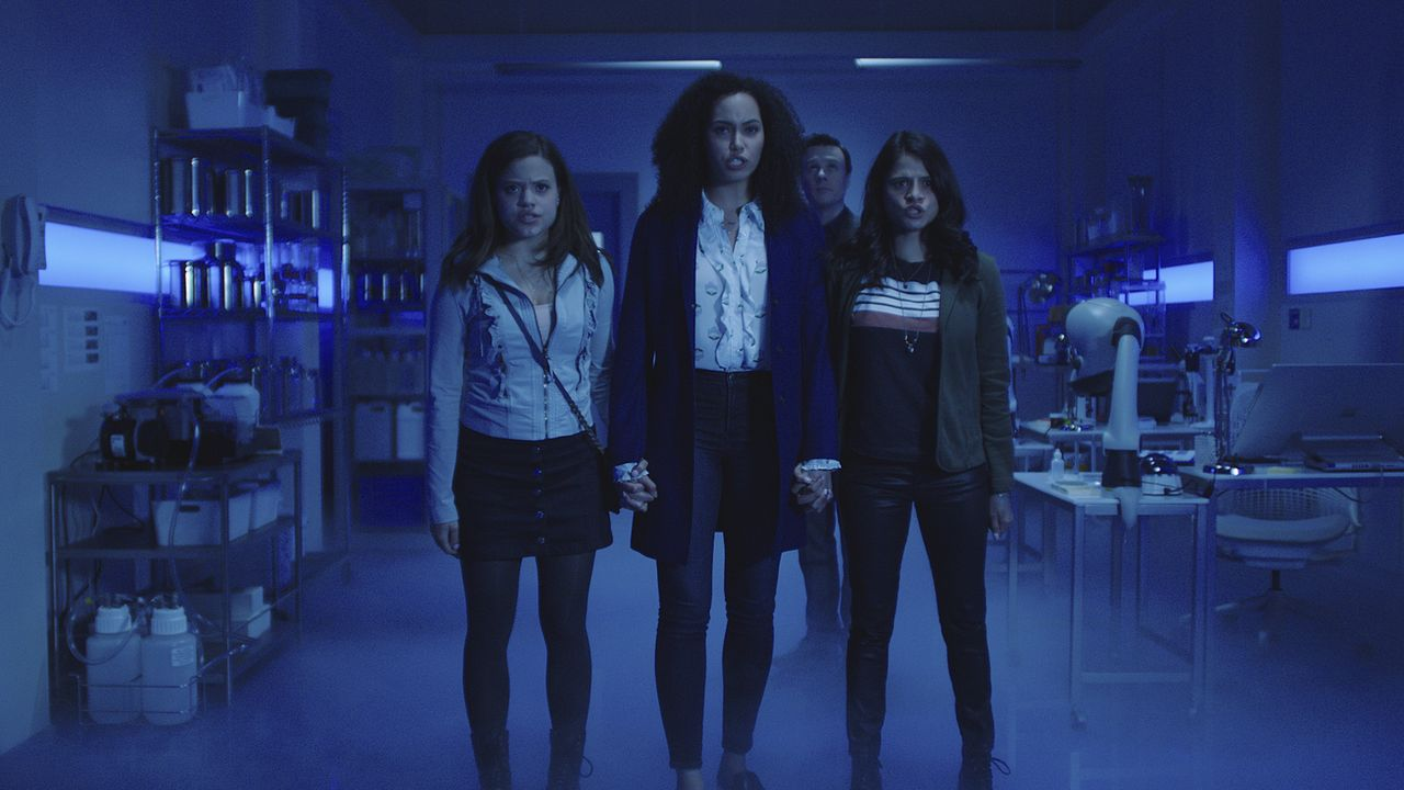 (v.l.n.r.) Maggie Vera (Sarah Jeffery); Macy Vaughn (Madeleine Mantock); Mel Vera (Melonie Diaz) - Bildquelle: 2018 The CW Network, LLC. All rights reserved.