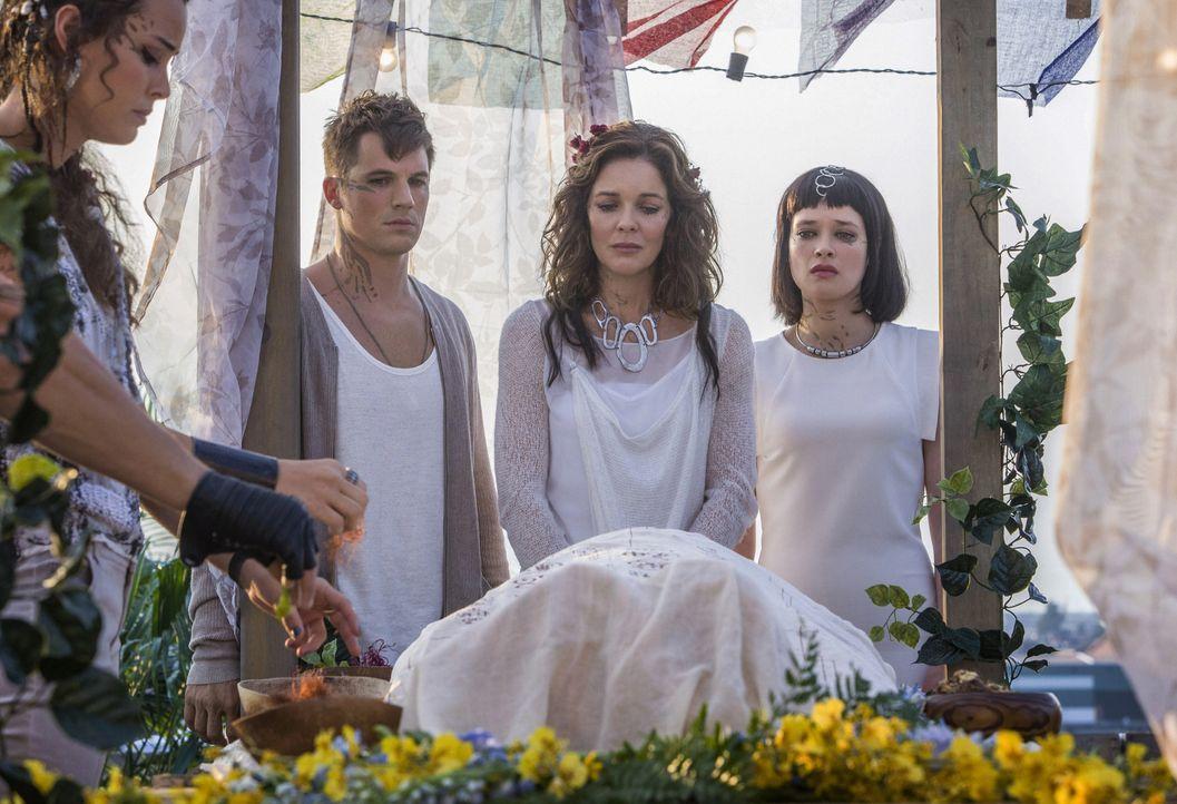 Roman (Matt Lanter, l.), Maia (Susan Walters, M.) und Sophia (Brina Palencia, r.) müssen sich von ihrem Vater und Ehemann verabschieden, während das... - Bildquelle: 2014 The CW Network, LLC. All rights reserved.