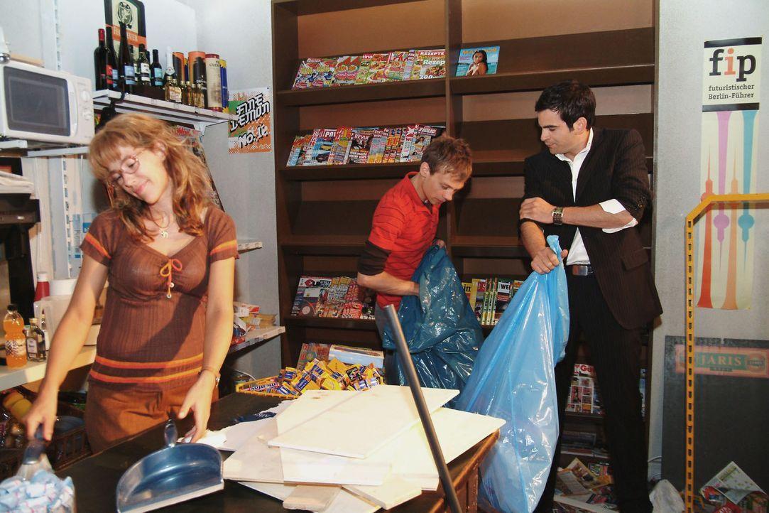 Lisa (Alexandra Neldel, l.) ist überglücklich, als David (Mathis Künzler, r.) Jürgen (Oliver Bokern, M.) hilft, den Kiosk aufzuräumen. (Dieses... - Bildquelle: Monika Schürle Sat.1