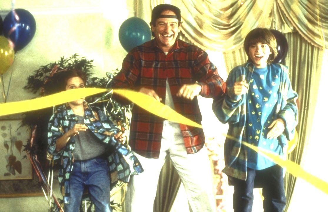 Kindererziehung: Je verrückter Daniels (Robin Williams, M.)  Aktionen, desto glücklicher sind Lydia (Lisa Jakub, l.) und Chris (Matthew Lawrence, r.... - Bildquelle: 20th Century Fox