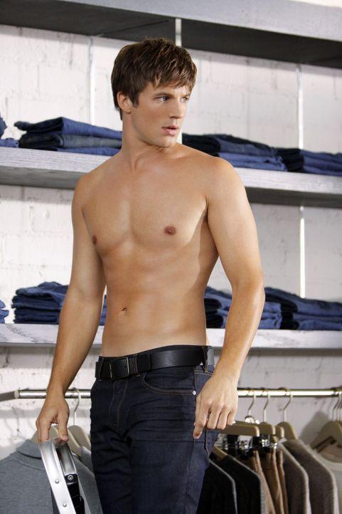 Bereut schnell, dass er einen Job als lebendige Schaufensterpuppe angenommen hat: Liam (Matt Lanter) - Bildquelle: 2010 The CW Network. All Rights Reserved.