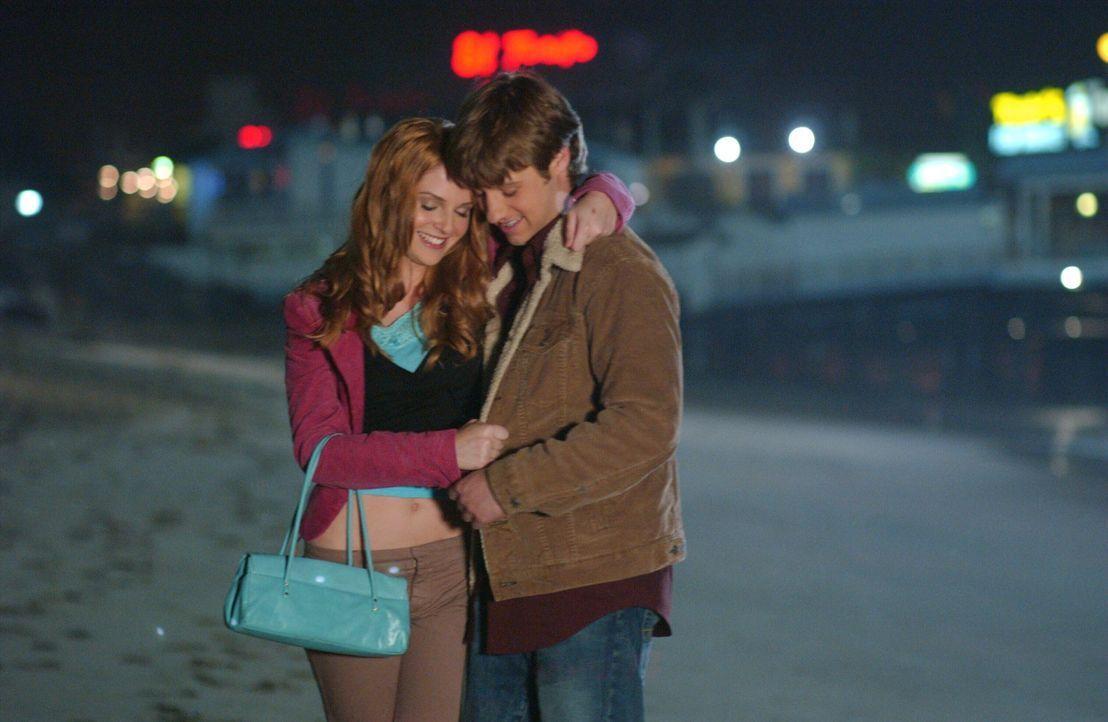 Nachdem Lindsay (Shannon Lucio, l.) beim Mädchenabend zu tief ist Glas geguckt hat, versucht Ryan (Benjamin McKenzie, r.) ihr zu helfen ... - Bildquelle: Warner Bros. Television