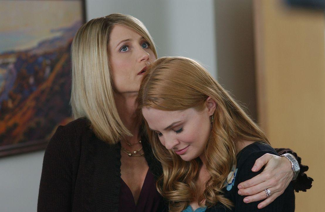 Nachdem Caleb einen Herzinfarkt erlitten hat, machen sich seine Töchter Lindsay (Shannon Lucio, r.) und Kirsten (Kelly Rowan, l.) Sorgen um ihn ... - Bildquelle: Warner Bros. Television