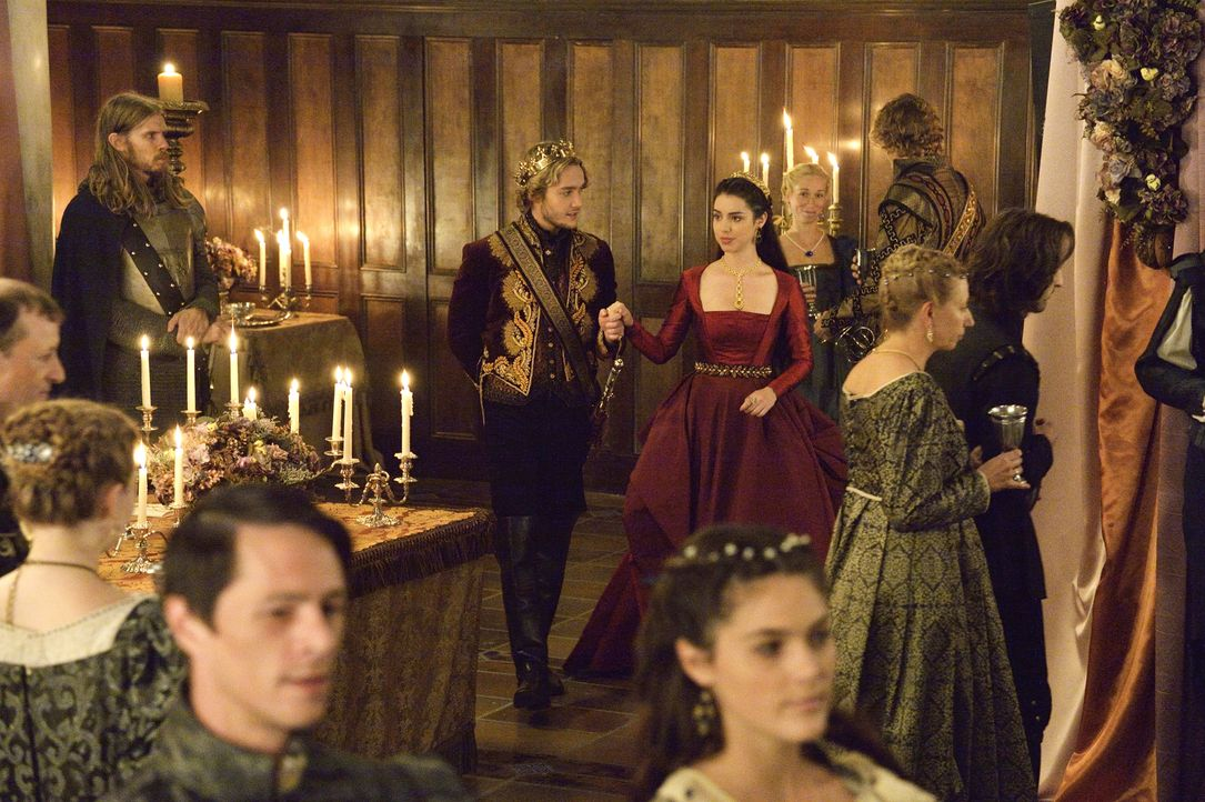 Die bevorstehende Taufe von Lola und Francis' (Toby Regbo, l.) Sohn führt zu Spannungen zwischen Mary (Adelaide Kane, r.) und ihrer Hofdame ... - Bildquelle: Ben Mark Holzberg 2014 The CW Network, LLC. All rights reserved.