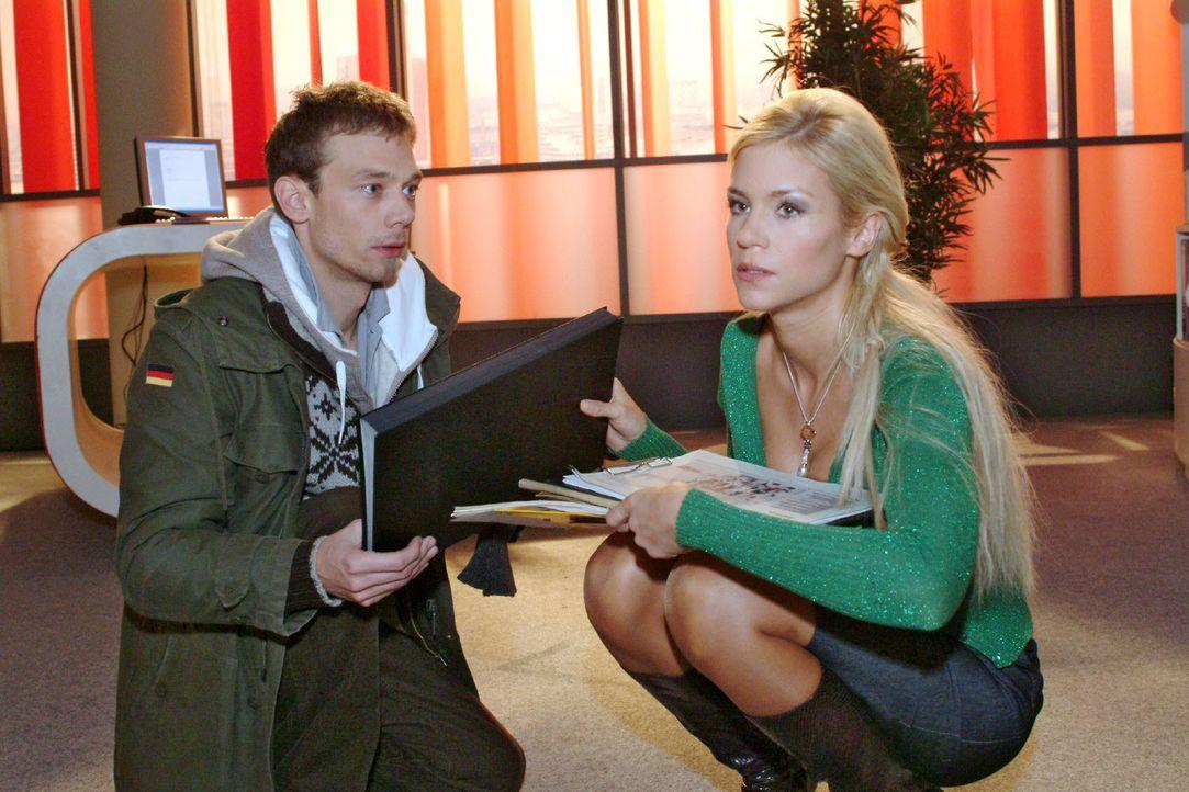 Sabrina (Nina-Friederike Gnädig, r.) gibt Jürgen (Oliver Bokern, l.) endgültig zu verstehen, dass sie nichts von ihm wissen will. - Bildquelle: Monika Schürle SAT.1 / Monika Schürle
