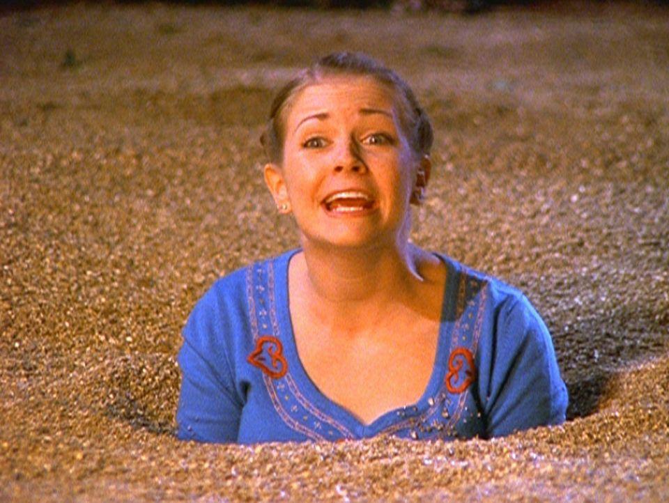 Sabrina (Melissa Joan Hart) steckt bis zum Hals in Treibsand. Wird Harvey oder Josh sie retten? - Bildquelle: Paramount Pictures