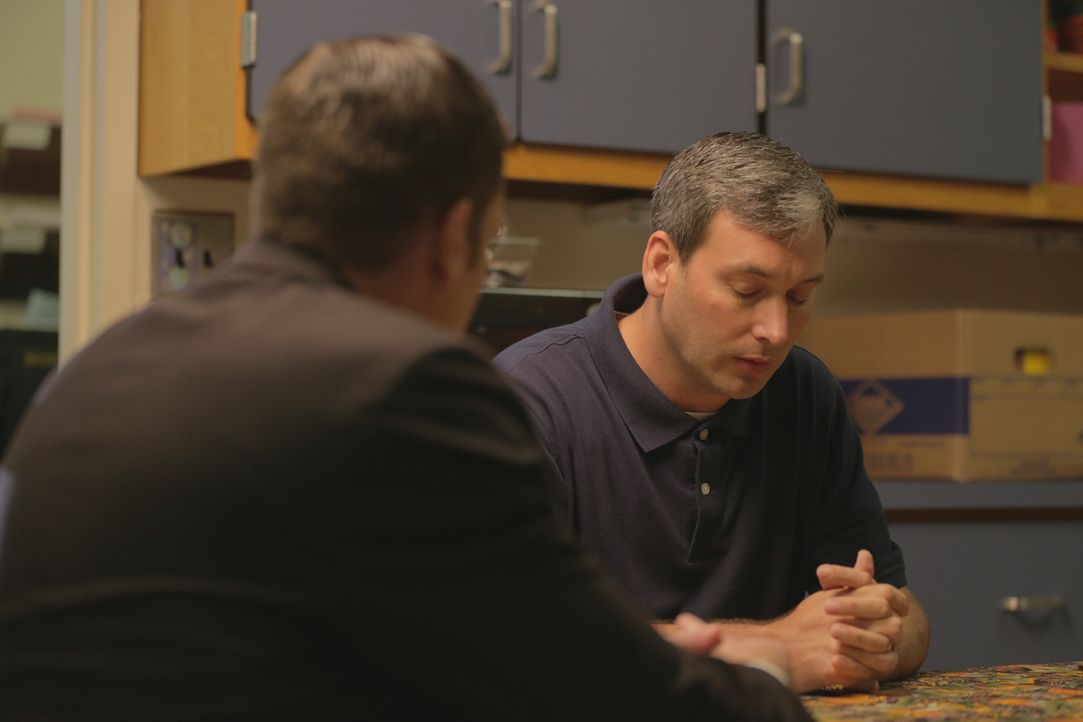 Auf der Suche nach dem Mörder von Cheryl Brantner befragt Lt Joe Kenda (Carl Marino, l.) die Familie und mögliche Zeugen. Kann er den Täter ausfindi... - Bildquelle: Jupiter Entertainment