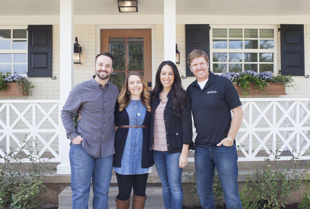Werden Matt (l.) und Melissa Yeilding (2.v.l.) mit der Hilfe der Renovierungsprofis Joanna (2.v.r.) und Chip (r.) ihr erstes gemeinsames Traumhaus i... - Bildquelle: Jennifer Boomer 2016, HGTV/Scripps Networks, LLC. All Rights Reserved.