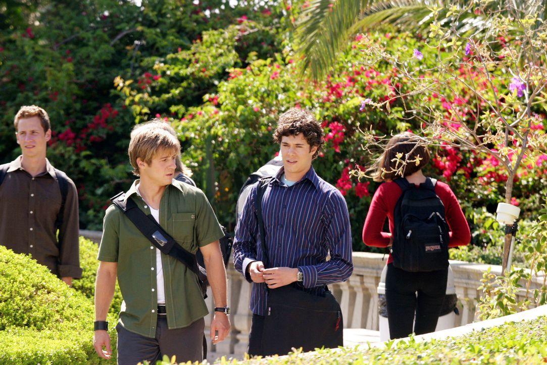 Die Ferien sind vorbei und der Ernst des Lebens beginnt von neuem: Ryan (Benjamin McKenzie, 2.v.l.) und Seth (Adam Brody, 2.v.r.) ... - Bildquelle: Warner Bros. Television