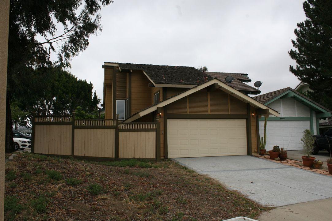 Der hässliche Anstrich der Immobilie ist veraltet und muss erneuert werden. Doch es wartet noch mehr Arbeit, als die Überprüfung des Dachs Tarek und... - Bildquelle: 2016,HGTV/Scripps Networks, LLC. All Rights Reserved