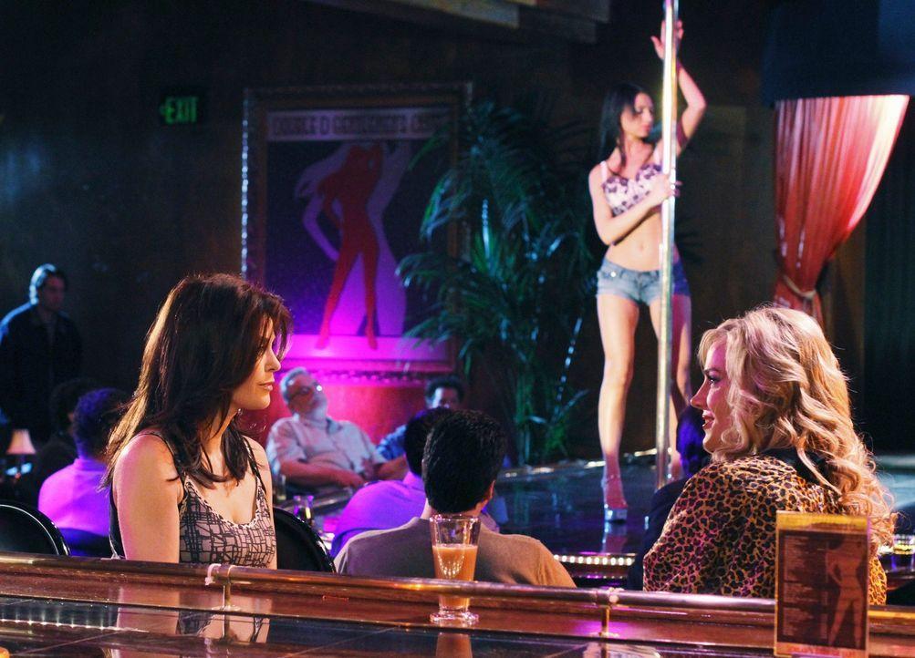 Susan (Teri Hatcher, l.) unterschreibt den Vertrag, der ihren Teil des Strip-Clubs verkauft. Während ihres Besuchs trifft sie auf Robin (Julie Benz,... - Bildquelle: ABC Studios