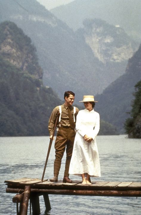 Mitten zwischen Tod und Zerstörung verliebt sich der verletzte Rettungssanitäter Ernest Hemingway (Chris O'Donnell, l.) in die Krankenschwester Agne... - Bildquelle: Warner Bros.