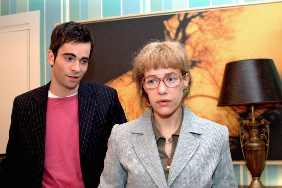 Zumindest David (Mathis Künzler, l.) ist erleichtert über Lisas (Alexandra Neldel, r.) Verlobung mit Jürgen. (Dieses Foto von Alexandra Neldel da... - Bildquelle: Sat.1