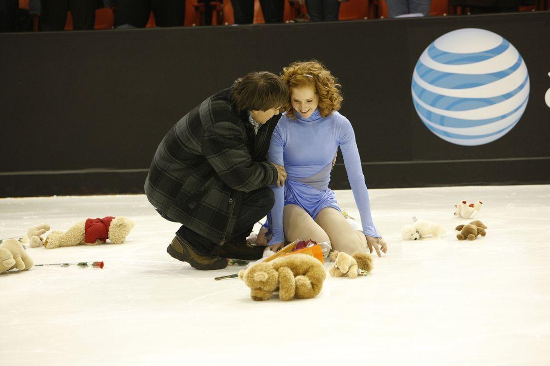 Obwohl Lexi (Taylor Firth, r.) erblindet ist, gelingt es ihr mit Hilfe ihres Freundes Nick (Rob Mayes, l.) aufs Eis zurückkehren zu können und große... - Bildquelle: 2010 Stage 6 Films, Inc. All Rights Reserved.