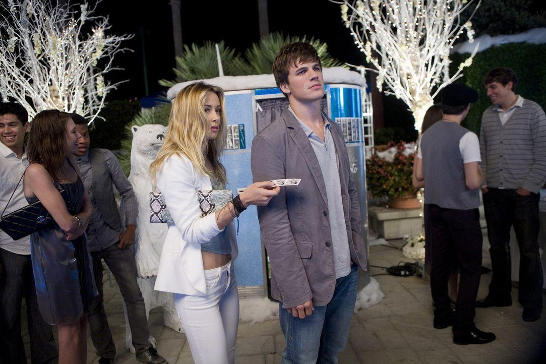 Liam (Matt Lanter, r.) hat nicht nur Augen für Ivy (Gillian Zinser, l.)... - Bildquelle: TM &   CBS Studios Inc. All Rights Reserved