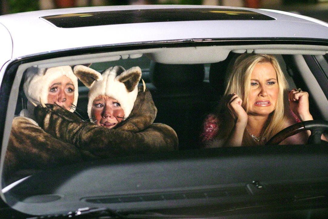 Fiona (Jennifer Coolidge, r.) holt ihre Töchter Gabriella (Andrea Avery, l.) und Eleanor (Mary Pat Gleason, M.) vom Abschlussball ab. Sie ist entset... - Bildquelle: Warner Bros.