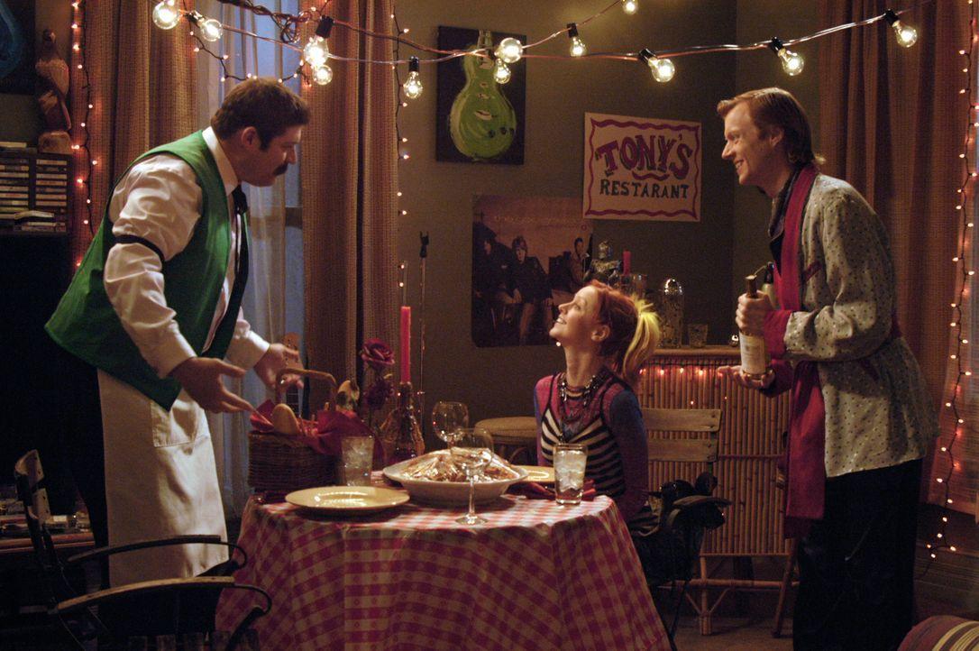 Damit der Abend für sein Pizzamädchen (Lindy Booth, M.) perfekt ist, engagiert Phil (Jay Paulson, r.) auch noch Owen (Brad William Henke, l.) als Ke... - Bildquelle: 2007 American Broadcasting Companies, Inc. All rights reserved.