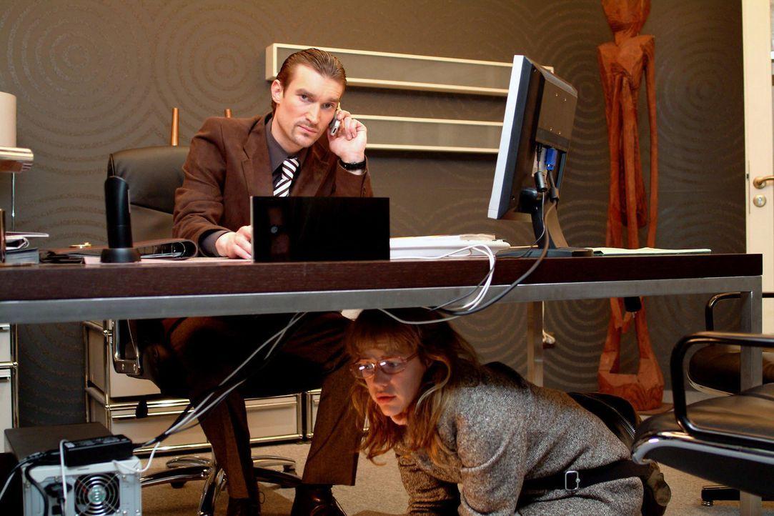 Bangend wartet Lisa (Alexandra Neldel, unten) zu Richards (Karim Köster, oben) Füßen ab: Wird er sie entdecken? (Dieses Foto von Alexandra Neldel... - Bildquelle: Sat.1