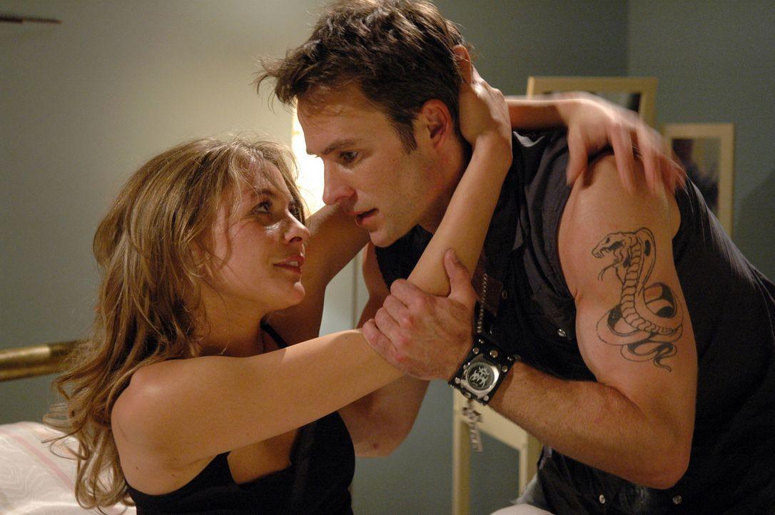 Weil Max (Marco Girnth, l.) kein echter Macho ist, kann er Miriam (Julia Thurnau, r.) nicht weh tun und die Beziehung beenden. Da gibt ihm Stubbs wi... - Bildquelle: ProSieben