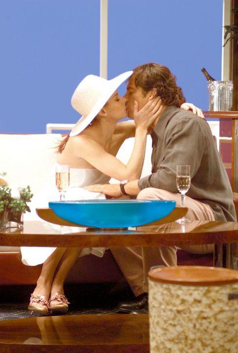 "Grace (Debra Messing, l.) soll mit Leo (Harry Connick Jr., r.) nach Guatemala - an Bord der luxuriösen ""All You Can Eat"" ... - Bildquelle: NBC Productions"