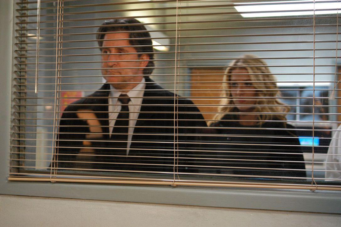 In der psychiatrischen Klinik suchen Jack Malone (Anthony LaPaglia, l.) und Samantha Spade (Poppy Montgomery, r.) nach dem spurlos verschwundenen Jo... - Bildquelle: Warner Bros. Entertainment Inc.
