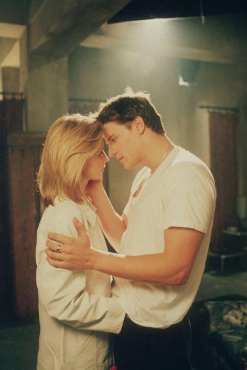 Kommen sich gefährlich nahe: Buffy (Sarah Michelle Gellar, l.) und Angel (David Boreanaz, r.) - Bildquelle: TM +   2000 Twentieth Century Fox Film Corporation. All Rights Reserved.