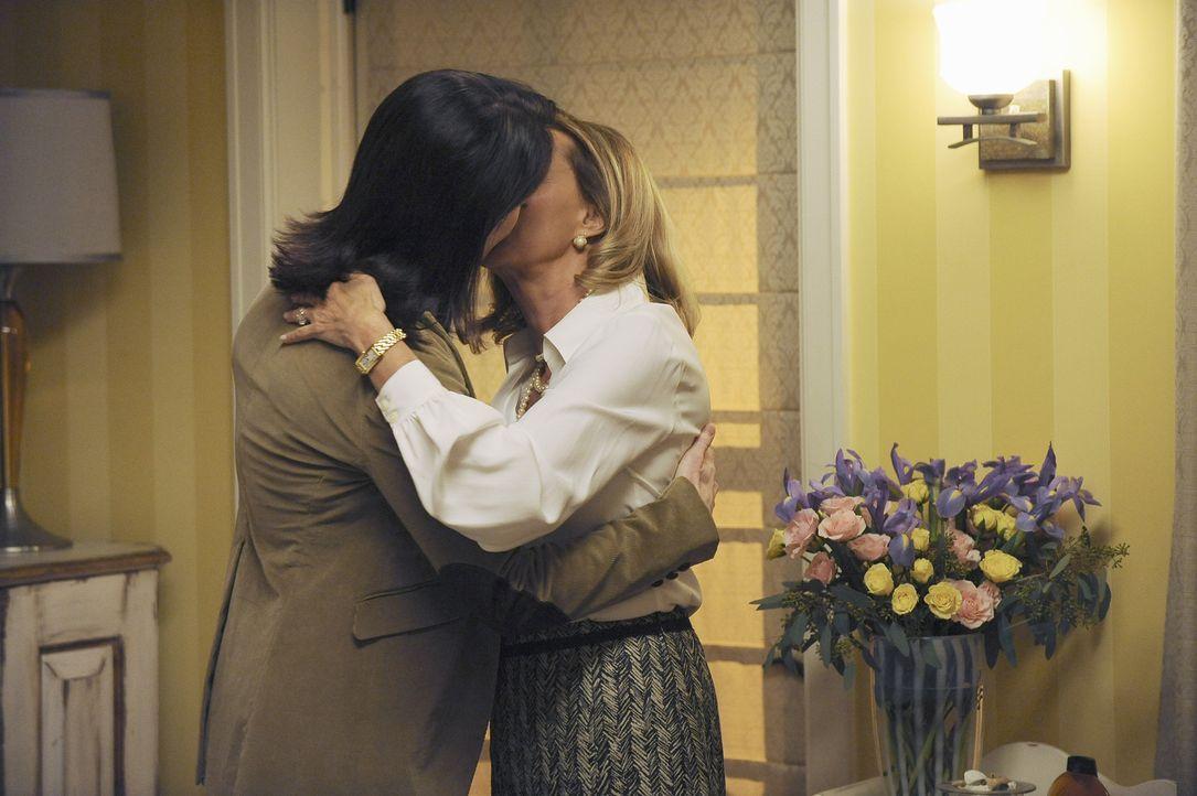 Addison erfährt, dass ihre Mutter Bizzy (JoBeth Williams, r.) seit 20 Jahren eine lesbische Beziehung mit Susan (Ann Cusack, l.) führt. Für Addison... - Bildquelle: ABC Studios
