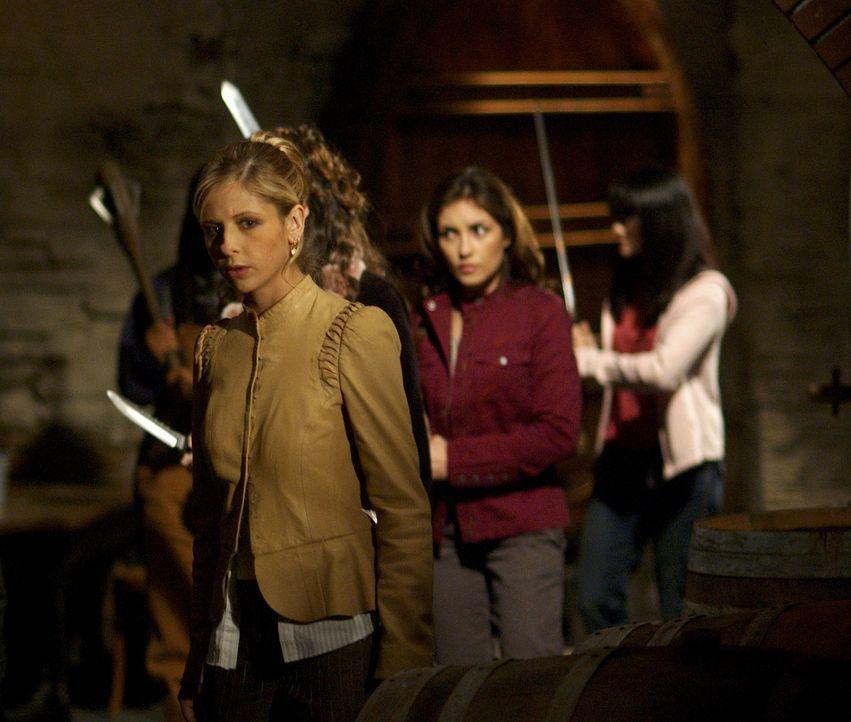 Buffy (Sarah Michelle Gellar, l.) und Kennedy (Iyari Perez Limon, r.) müssen es mit einem neuen gefährlichen Gegner aufnehmen, der im Auftrag der Ma... - Bildquelle: TM +   Twentieth Century Fox Film Corporation. All Rights Reserved.