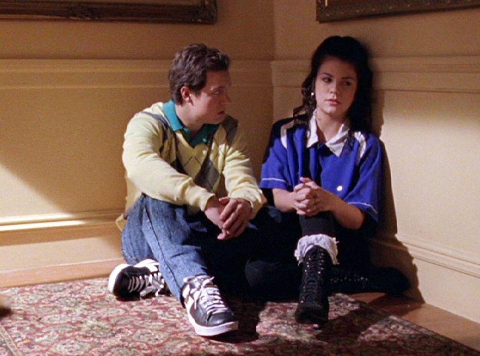 Erinnerungen an damals kommen auf: Christopher (Phillip Glenn Van Dyke, l.) und Lorelai (Chelsea Brummet, r.) ... - Bildquelle: 2002 Warner Bros.
