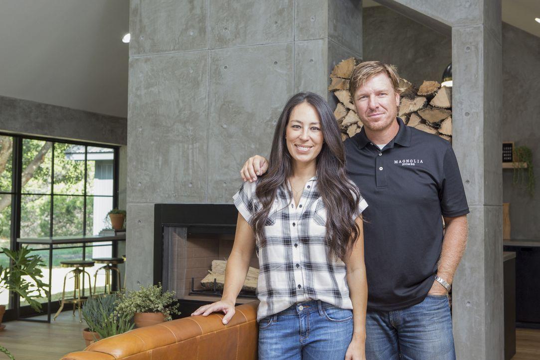 Eine der bisher größten Herausforderungen wartet auf Joanna (l.) und Chip (r.): Für ein aus Denver nach Waco ziehende Paar, versuchen die Renovierun... - Bildquelle: Jennifer Boomer 2016, HGTV/Scripps Networks, LLC. All Rights Reserved.