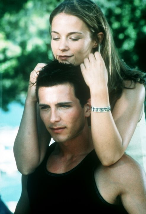 Auf einem Hausboot wollen Brady (Mark McLachlan, unten) und die schöne Claire (Caitlin Martin, oben) ihre Frühlingsferien verbringen. Doch dann ko... - Bildquelle: Nu Image