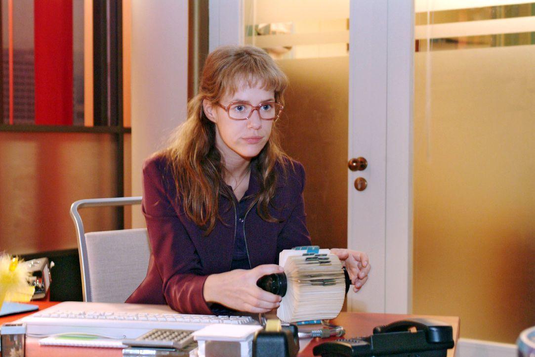 Lisa (Alexandra Neldel) ist nervös. Soll sie Blum anrufen und sich mit ihm verabreden oder nicht? Schließlich hat sie sich mit David bestens auf das... - Bildquelle: Monika Schürle SAT.1 / Monika Schürle