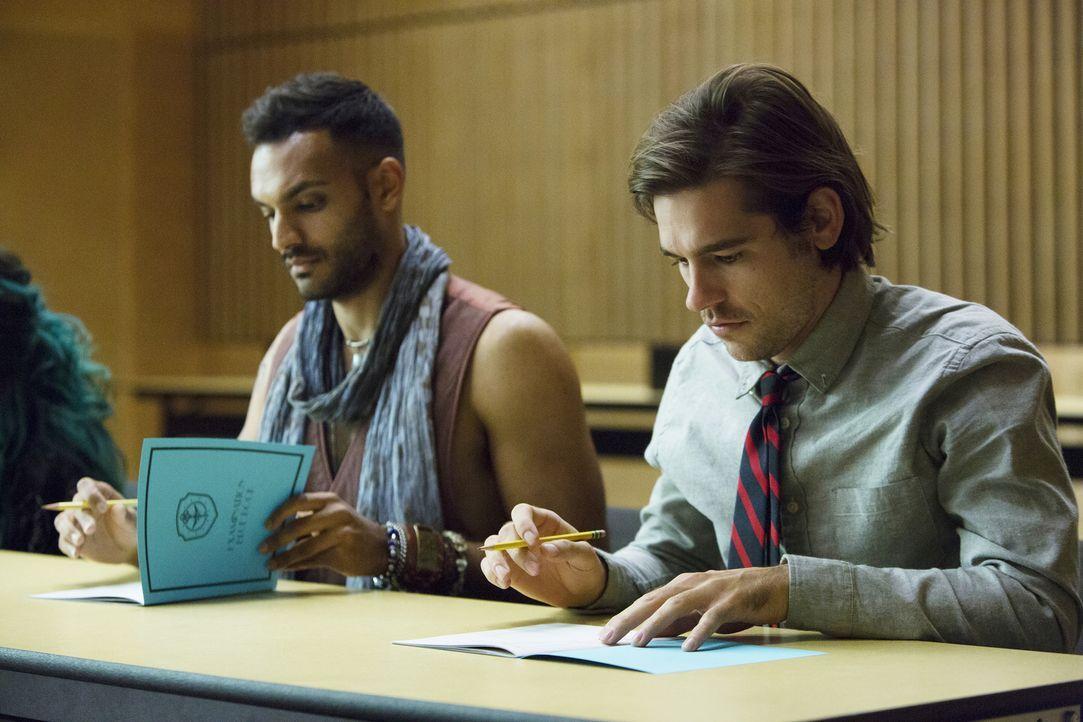 Als Quentin Coldwater (Jason Ralph, r.) Student in der magischen Brakebills Universität wird, muss er sich mit seinem neuen Zimmergenossen Penny (Ar... - Bildquelle: 2015 Syfy Media Productions LLC. ALL RIGHTS RESERVED.