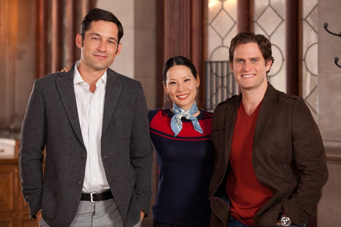 Als Rae (Lucy Liu, M.) Lukes (Steven Pasquale, r.) besten Freund Harry (Enrique Murciano, l.) kennen lernt, last sie sich sogleich von ihm überrede... - Bildquelle: Bob Mahoney CPT Holdings, Inc.  All Rights Reserved.     (Sony Pictures Television International)