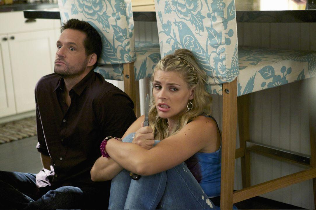 Laurie (Busy Philipps, r.) und Grayson (Josh Hopkins, l.) verbünden sich, um gegen Ellie anzukommen. Doch am Ende eskaliert die Situation ... - Bildquelle: 2010 ABC INC.