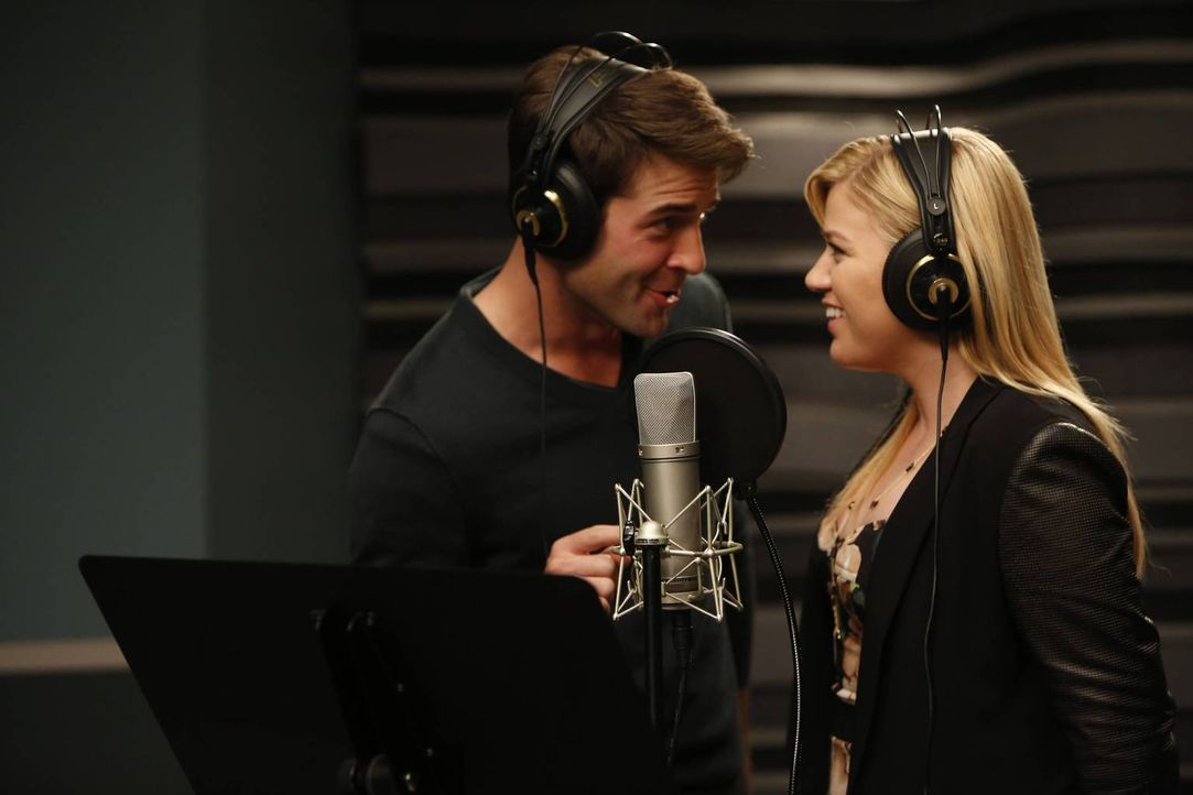 Wird es Simon Roberts mit Hilfe von Zach Cropper (James Wolk, l.) schaffen, Grammy Gewinnerin Kelly Clarkson (Kelly Clarkson, r.) dazu zu bringen, f... - Bildquelle: 2013 Twentieth Century Fox Film Corporation. All rights reserved.