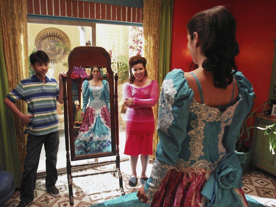 Justin (Mark Indelicato, l.) und Kusine Clara (Justina Machado, r.) sind begeistert von Hildas (Ana Ortiz, vorne) Verwandlung ... - Bildquelle: Buena Vista International Television