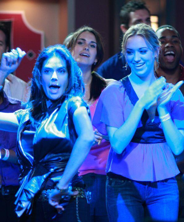 """Julie (Andrea Bowen, r.) ist zu Besuch bei ihrer Mutter Susan (Teri Hatcher, l.). Gemeinsam genießen sie das jährliche """"Battle of the Bands""""-Konzert... - Bildquelle: ABC Studios"""