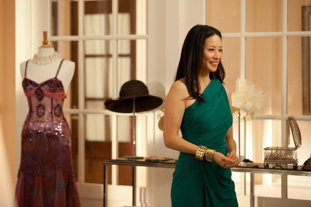 Als Harry (Enrique Murciano) ihr anbietet, ihr die Welt zu zeigen und ihr Märchen zu leben, kann Rae (Lucy Liu) nicht lange widerstehen ... - Bildquelle: Bob Mahoney CPT Holdings, Inc.  All Rights Reserved.     (Sony Pictures Television International)