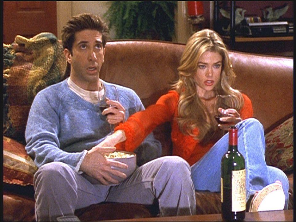 Ross (David Schwimmer, l.) hat sich in Cassie (Denise Richards, r.) verguckt. Dumm nur, dass sie seine Cousine ist ... - Bildquelle: TM+  2000 WARNER BROS.