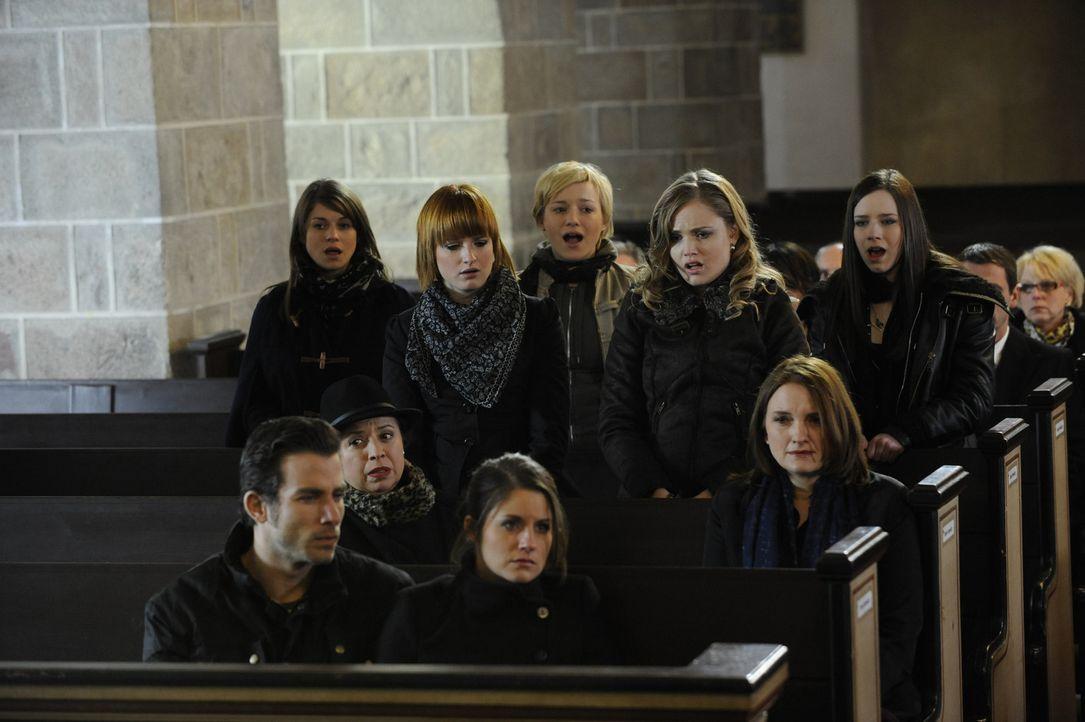 Emma singt zum Abschied von Alexandra und Julian einen ergreifenden Song, und die STAG stimmt leise mit ein. Michael (Andreas Jancke), Ingrid (Franc... - Bildquelle: SAT.1