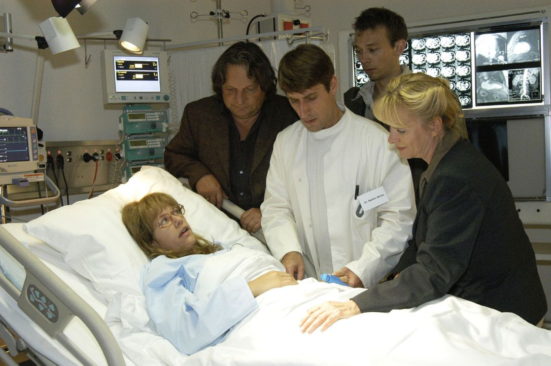 Als Lisa (Alexandra Neldel, liegend) in der Klinik, umringt von Jürgen (Oliver Bokern, 2.v.r.) und ihren besorgten Eltern Helga (Ulrike Mai, r.) un... - Bildquelle: Noreen Flynn Sat.1