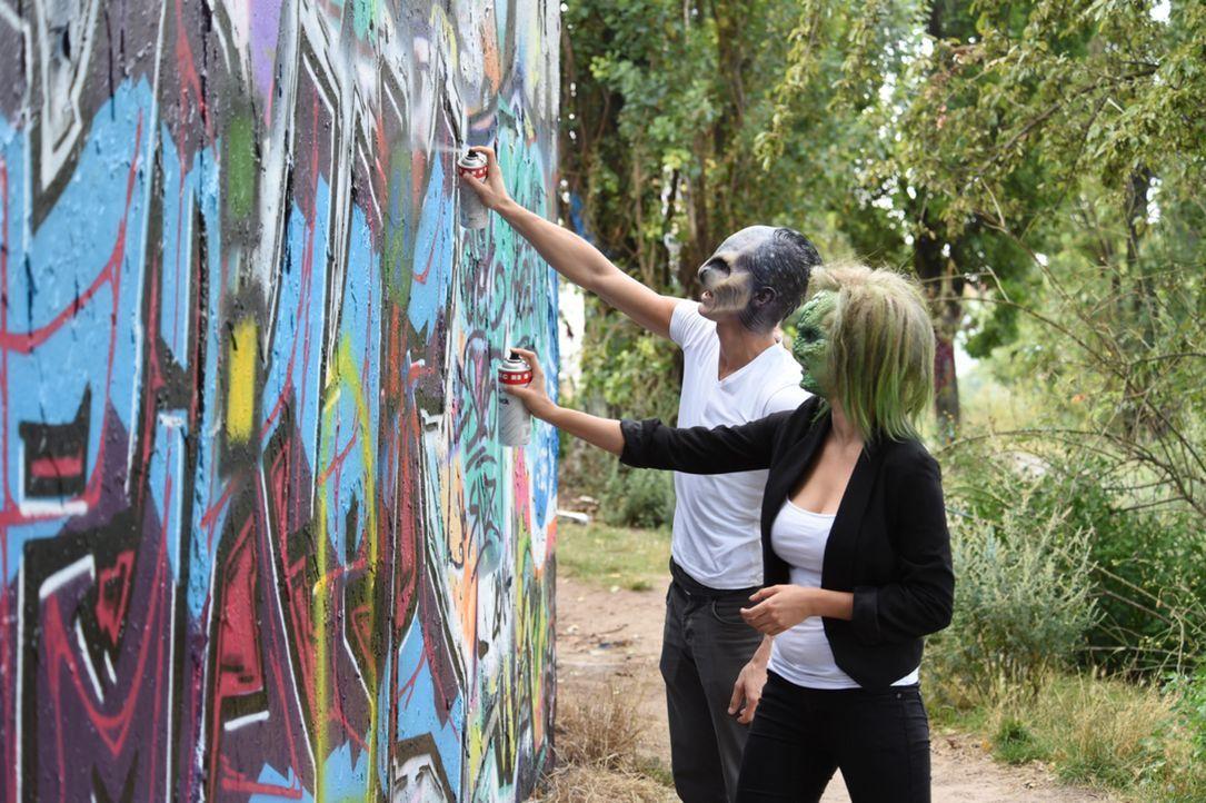 Die perfekte Tarnung: Alien Willie (l.) und Eidechse Denise (r.) nutzen die Gunst der Maske für ein bisschen Sprayer-Kunst ... - Bildquelle: Andre Kowalski sixx
